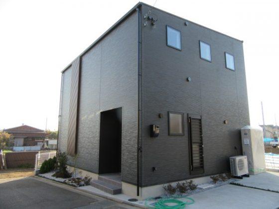黒を基調としたキューブ型の外観が印象的です。 さらに駐車場2台は魅力的です。
